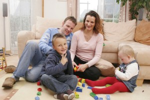 Familie spielt auf dem Boden